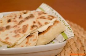 Cheese naan o pane indiano al formaggio