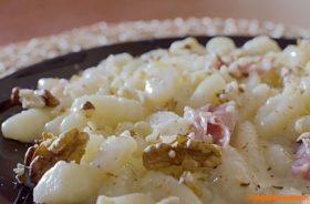 Gnocchi formaggio e noci con speck