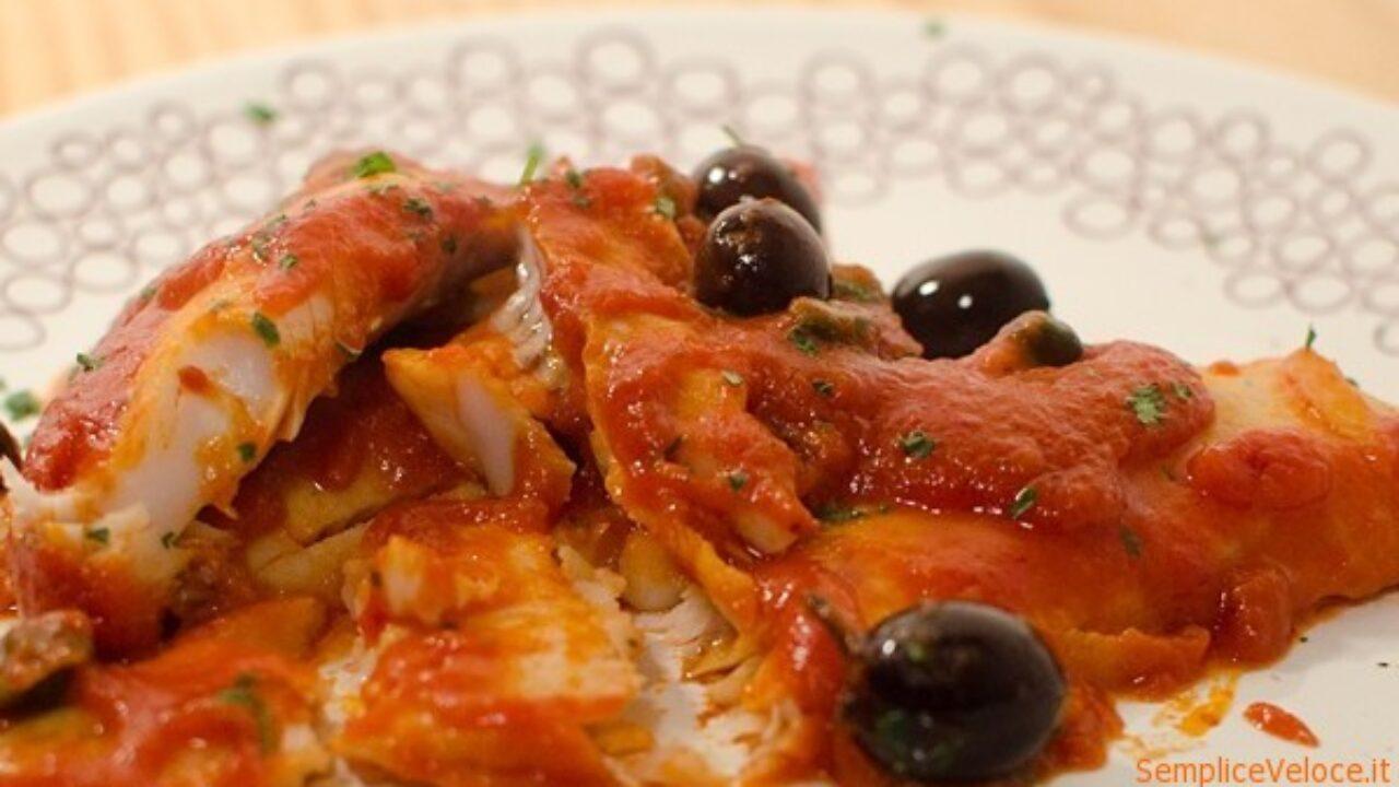 Filetti Di Nasello Con Salsa Di Pomodoro Olive E Capperi Ricetta Semplice E Veloce
