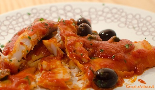 Filetti di nasello con salsa di pomodoro olive e capperi