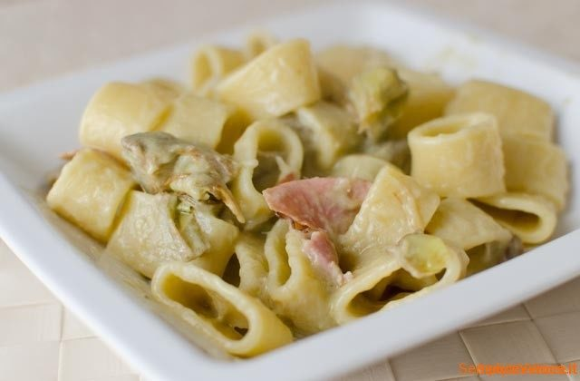 Pasta-con-crema-di-carciofi-e-speck