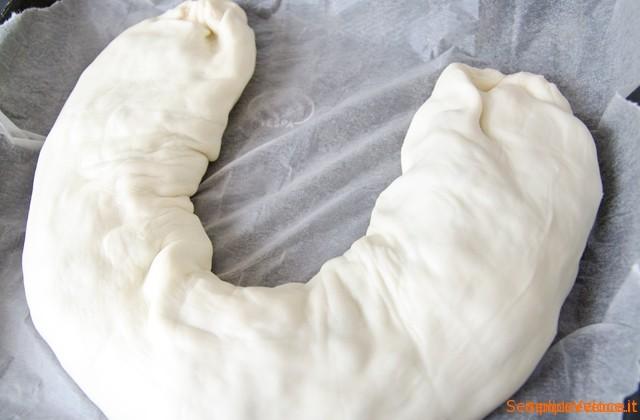 Rotolo di pasta sfoglia con scarola e salmone
