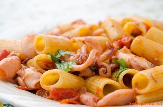 Pasta con moscardini e pomodorini