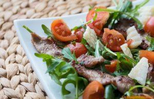Straccetti di carne con rucola e pomodorini