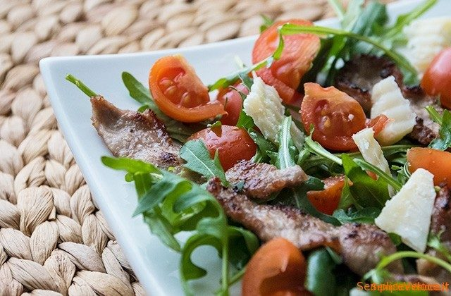 Straccetti di carne con rucola e pomodorini ricetta for Cucinare tagliata