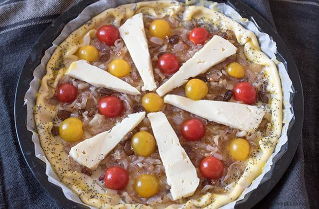 Torta salata con pomodori e scalogni caramellati