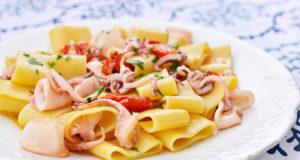 Pasta con calamari e pomodorini